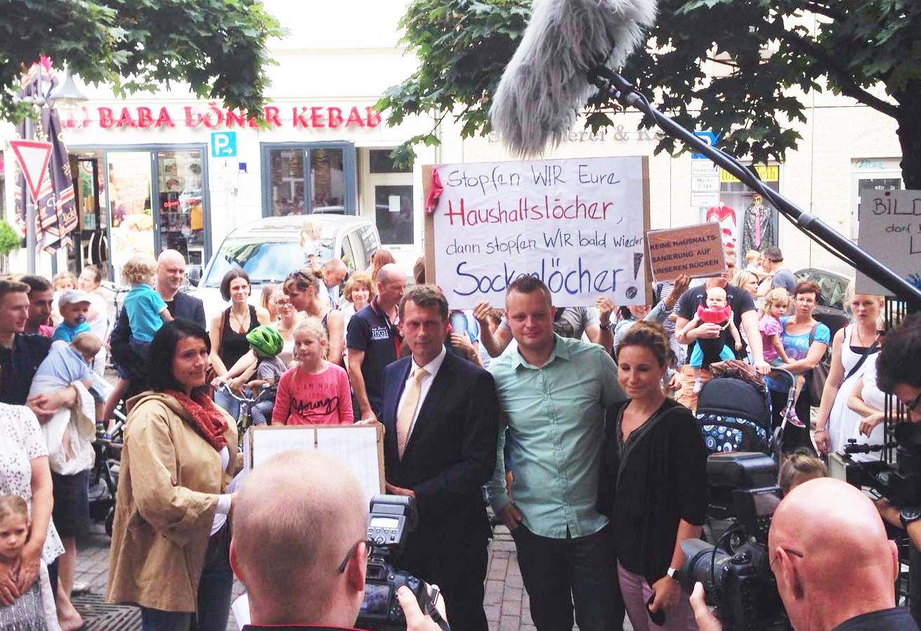 Petitionsübergabe - Arlett Anderssen übergibt 2100 Unterschriften an den Cottbusser Bürgermeister