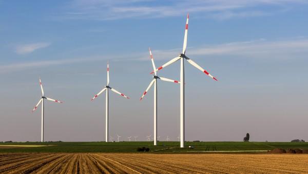 Windräder - häufig ein lokaler Streitpunkt und Grund vieler Petitionen. Von weitem sieht man sie nicht.