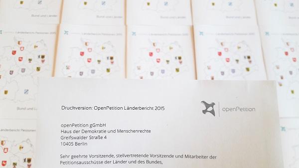 Die frisch gedruckten Länderberichte kurz vor dem Absenden an die Petitionsausschüsse