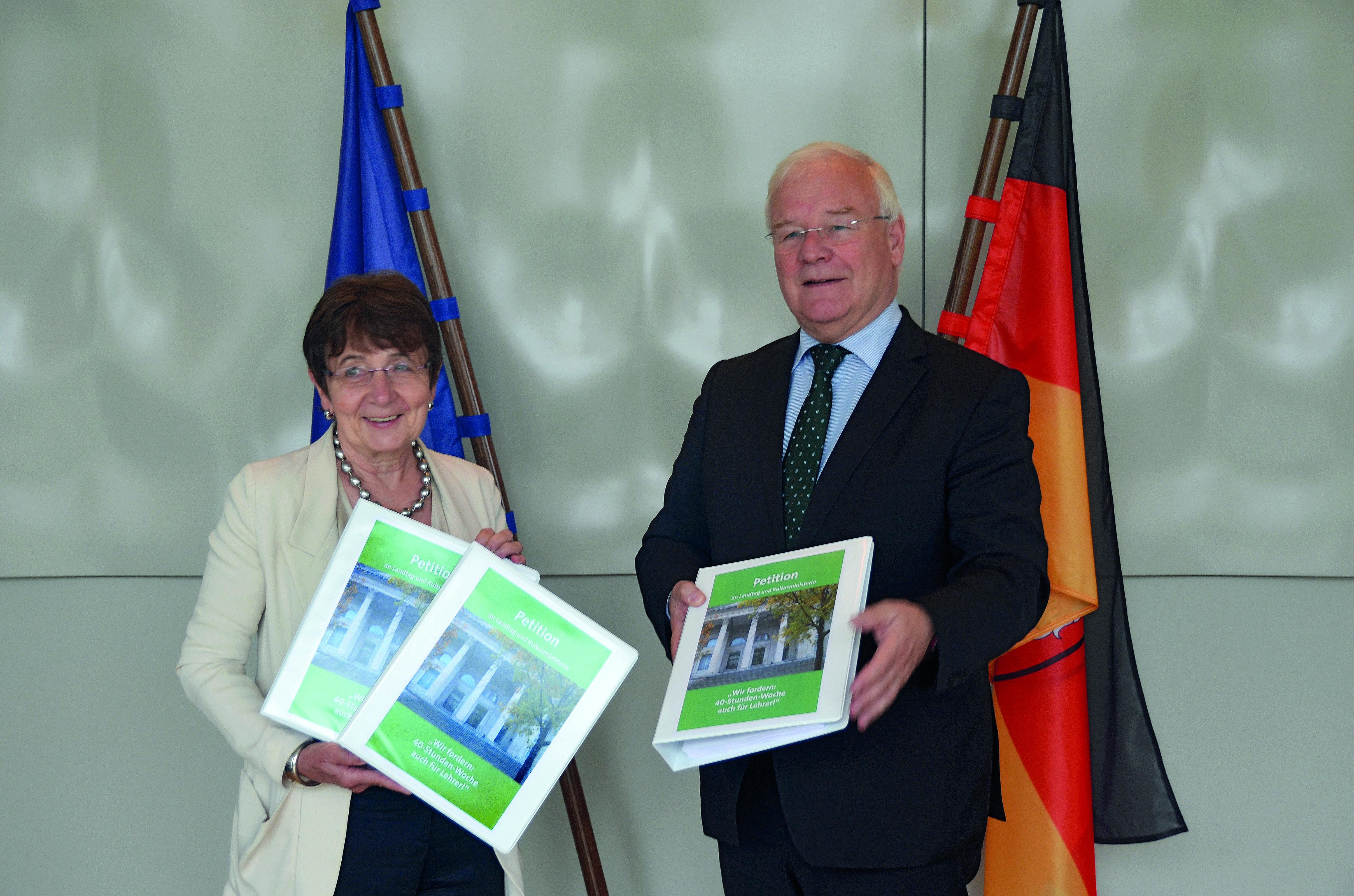 Helga Olejnik überreicht Landtagspräsident Bernd Busemann die Petition